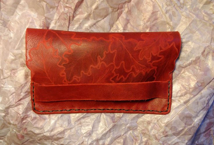 Original cartera de piel grabada con hojas de roble. Funda para móvil. Portadocumentos. Bolsillo de FenixArteSana en Etsy