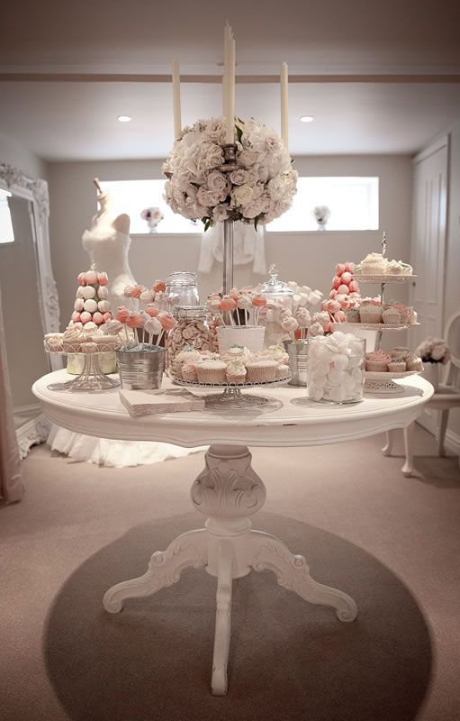 Una mesa redonda con un centro de flores será el escenario perfecto para nuestra mesa de postres