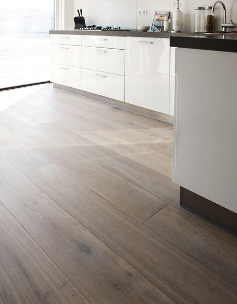 Houten vloer in combinatie met strakke keuken