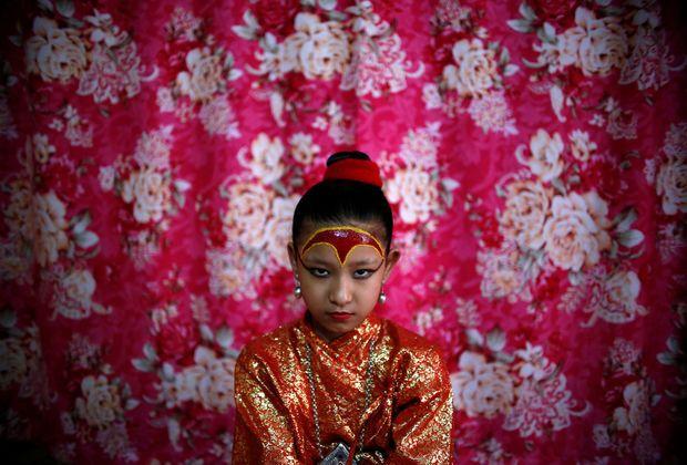 Het leven van een Nepalese Kumari godin: de meisjes wiens voeten de aarde nooit raken