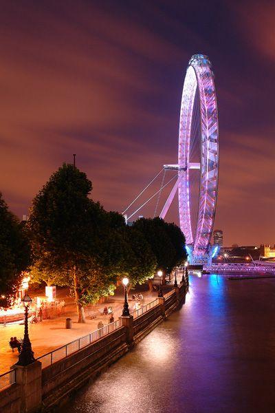O London Eye destacado por um pouco de cor surpreendente