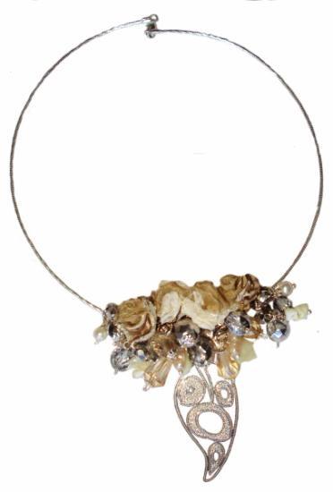 Gargantilla Doménica, hipoalergenica. Cristales facetados, perlas naturales de rio, y flores en organza, voile, encaje y raso.