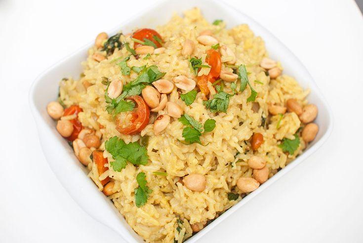 Lettvint indisk risrett der alt tilberedes i samme gryte. Indiske oppskrifter har ofte veldig lange ingredienslister, og denne er intet unntak. De fleste råvarene trenger du bare litt av, og dersom du er glad i å lage mat så anbefaler jeg å ha et godt assortert krydderskap. Jeg handler mesteparten av ingrediensene til denne retten …
