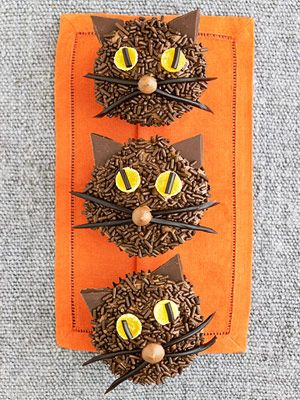 25 Halloween Cat Cupcakes very cute idea. Looks easy enough for me