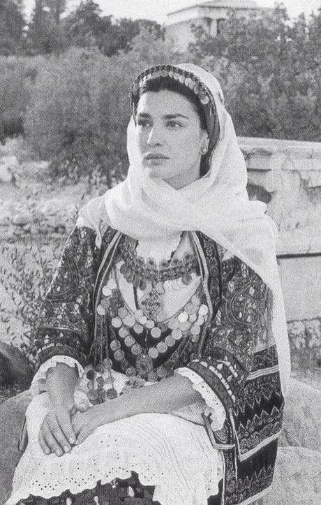 """Φορεσιά Αττικής Μαρία Ναυπλιώτου Φωτογραφικό λεύκωμα Παραδοσιακές Φορεσιές"""" (Εκδόσεις Φερενίκη,2004) Φωτογράφος: Καλλιόπη Καρβούνη."""