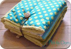 Un tuto pour réaliser un tapis à langer astucieux qui se replie pour faire un coussin pour la tête de bébé pendant le change. Il se replie en petit carré pour prendre moins de place pour le rangement.  Tissus : éponge et jersey.
