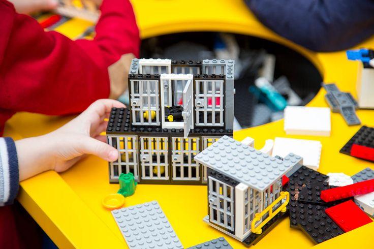 Golden Xmas 2016 @ Golden Hall! Χτίζουμε τουβλάκι - τουβλάκι, το πιο ψηλό Χριστουγεννιάτικο Δέντρο, με περισσότερα από 175.000 τουβλάκια LEGO®!  Σας περιμένουμε μπροστά στο κατάστημα LEGO®!