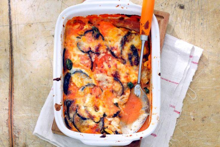 In plaats van lasagnebladen worden plakken aubergine als laagjes gebruikt: heerlijk, al die groente! - Recept - Allerhande