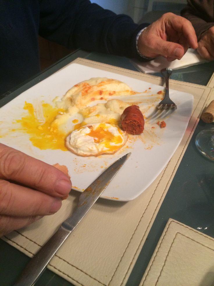 Puré con chorizo y huevo