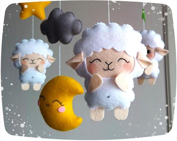 ✂ HACE TIEMPO es de 6 semanas ✈ expedición es 2-4 semanas dependiendo de su ubicación Incluye: -ovejas - 4 pcs -nube - 3 piezas 2 - estrellas - PC PC - Luna - 1 -hojas pequeñas • • • • ● ● ● COMPLEMENTOS PARA BEBÉ MÓVIL ● ● ● • • • • BRAZO de sujeción para bebé móvil - https://www.etsy.com/listing/289714093 CAJA DE MÚSICA: ● 1 melody Music Box - https://www.etsy.com/listing/274780686 Melodía de 12 ● caja de música - https://www.etsy.com&#x...