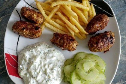 Türkische Hackröllchen mit Gurkenjoghurt und Salat