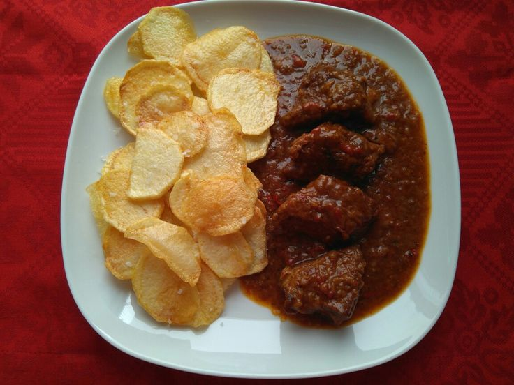Carne de ternera asturiana guisada, con patatas fritas.  Beef stew with potatoes. Gedämpftes Rindfleisch mit Kartoffeln. Boeuf braisé aux pommes de terre. Тушеная говядина с картофелем. Esta receta y muchas más en mi blog: www.losniseiros.com http://losniseiros.blogspot.com.es/2009/10/carne-guisada.html?m=1 #Carne #carneguisada #Terneraasturiana #patatasfritas #comfortfood #tradición 煮込んだ牛肉