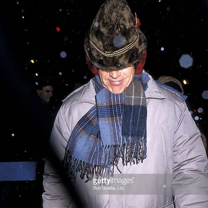 Happy #NYCSnowday everyone! How are you dealing with the #BlizzardOf2017?  Here's a great capture of famed actor #Warren Beatty taking a break from filming movie 'Ishtar' on Feb 14 1986 at 19th Street in #Manhattan during a snowfall that dropped a good amount on the city a few days prior. The film was directed by #ElaineMay and starred #Beatty #DustinHoffman #IsabelleAdjani and #CharlesGrodin.  #TakeMeBackTuesday #snowdayinnyc #NYCSnowStorm #Snow #NewYork #IHeartNewYork #iny #hollywood…
