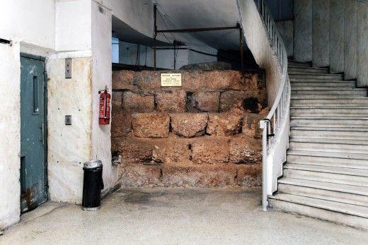 Tμήμα του υστεροκλασικού-ελληνιστικού τείχους, υπόγειο Δραγατσανίου 6, πλ. Κλαθμώνος. Φωτογραφία: Πάρις Ταβιτιάν / LIFO