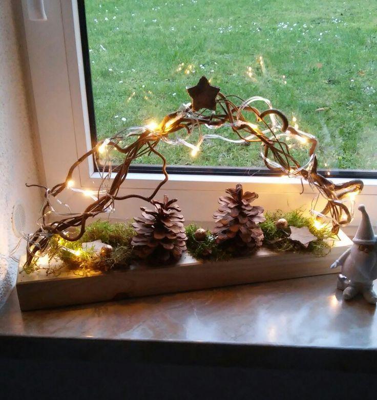 Beleuchdete Fensterdeko auf Holz mit LED Beleuchtung und Naturmaterial