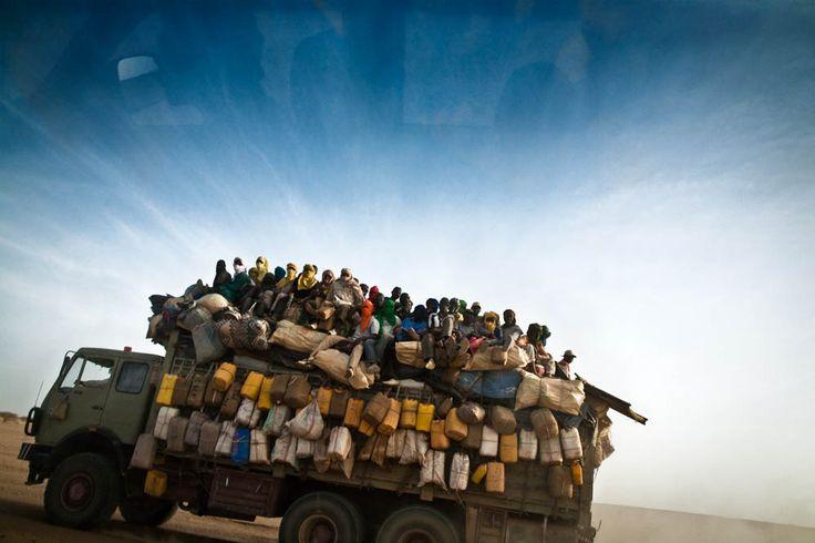 Niger - Migrants. Mezzo di un convoglio che di solito conta una cinquantina di camion stipati, alla stessa maniera, di migranti e merci. I convogli spesso vengono assaltati da banditi. Foto alfredobini/cosmos ©