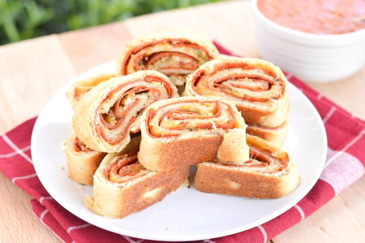 Are you ready for some football?!?! Since it's college football kickoff weekend, I thought it would be appropriate to post another appetizer. Do you love college football, or just love the football food? I love both, haha! Even if you don't love football, you will love this pizza roll! Definitely a fun twist on regular …