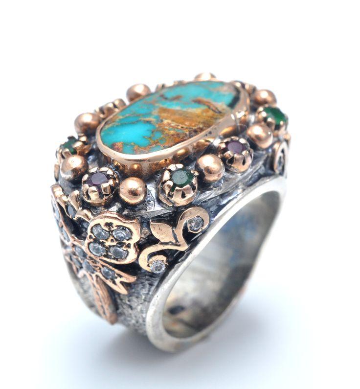 Inel din argint 925 lucrat manual cu pietre semipretioase: turcuaz de arizona, smarald, rubin, zircon. Acest inel este oxidat si antichizat cu bronz, pentru ai oferi un iz oriental. El are un model inspirat de pe vremea sultanelor. Este un inel supradimensionat care cere o anumita tinuta, pentru doamnele ce vor sa iasa in evidenta. http://www.sultanabijoux.com/urundetay.php?urunID=900&grupID=4&inel-argint-antichizat