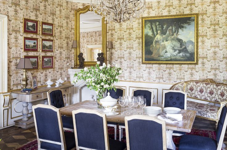 Orangery with fantastic wallpapers and paintings.