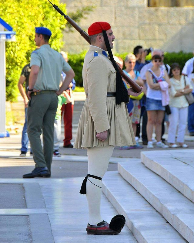 Take a morning stroll to Syntagma with us! 👣 #GreekParliament #Athens #tsolias #travel #Greece #GR #greeksummer #travelGreece