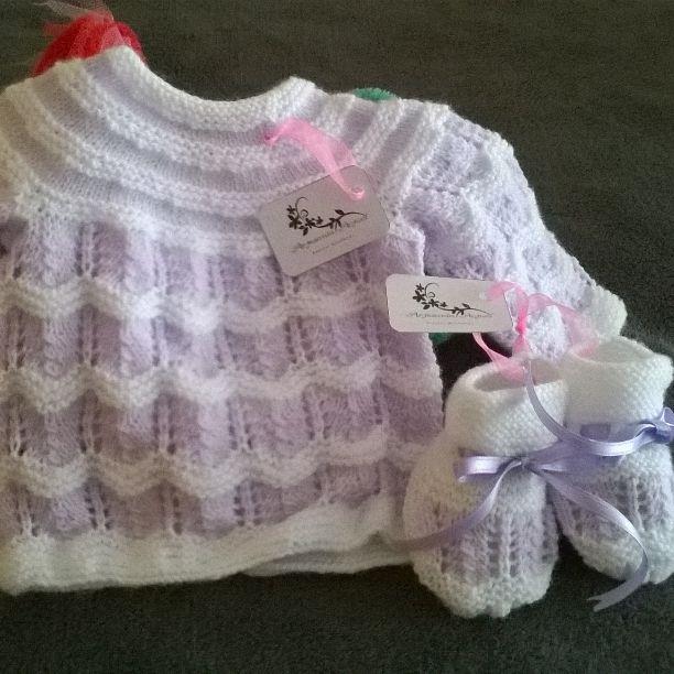 Conjunto en lana blanco y malva Emoticono heart  #jersey #jubón #bebé #reciénnacido #primerapuesta #canastilla #canastillabebé #embarazada #embarazo #esperandounbebé #blanco #malva #patucos #zapatitos #regaloespecial #regalo #nacimiento #artesanal #artesano #artesaníaactual #artesanía