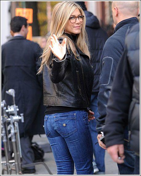 A belíssima atriz Jennifer Aniston, envolvida nas gravações do filme Wanderlust , aparece aqui deliciosíssima numa sensualíssima comb...