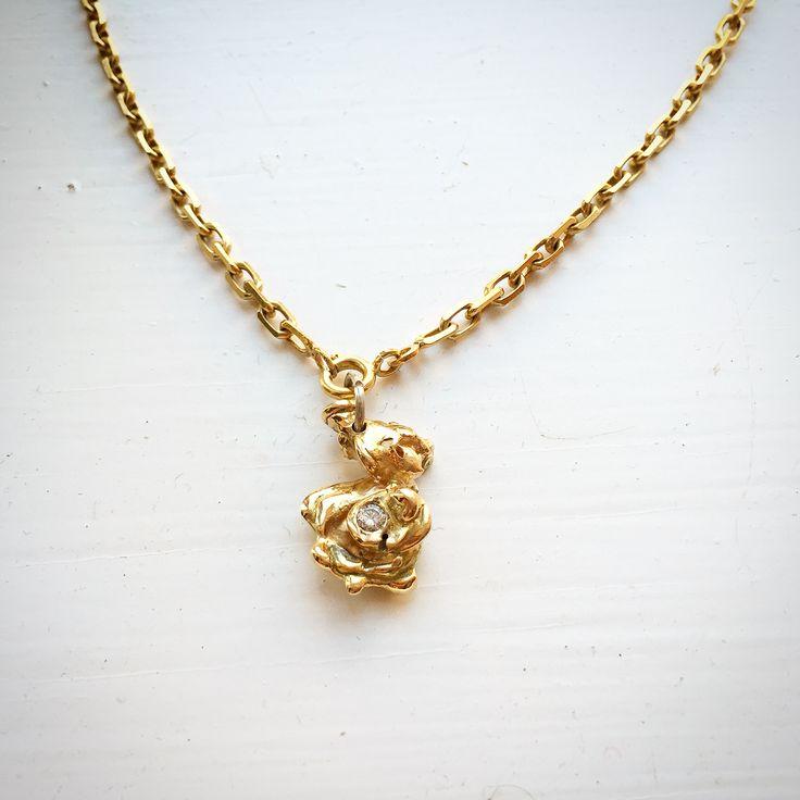 Gold pendant with brilliant