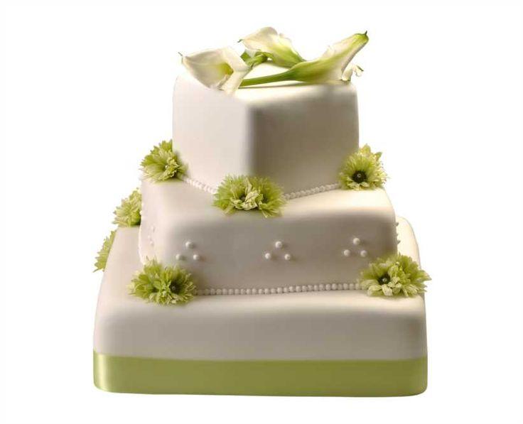 Svatební dort 33 Třípatrový svatební dort, o rozměrech 15 x 15 cm, 25 x 25 cm a 35 x 35 cm, obalen fondánem, dozdoben královskou glazurou, saténovou stuhou, kombinací chryzantém a kal