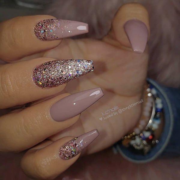 Mauve und Glitter auf langen Sargnägeln • Nail Artist: @ luzpantoja127 Follow