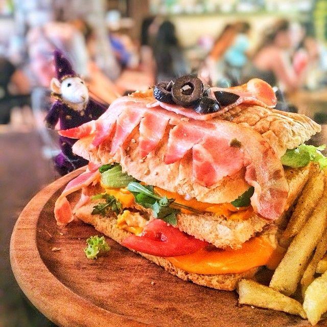 Book Of Monsters  Γεύση: Club sandwich από δικό µας ψωµί µε φιλέτο κοτόπουλο, µπέικον, µαγιονέζα, µουστάρδα και τυρί τσένταρ. Συνοδεύεται από τηγανητές πατάτες. Στοιχεία: Το Τερατώδες Βιβλίο Των Τεράτων ήταν από µόνο του τέρας. Το είδαµε όταν ο Χάγκριντ ανέλαβε θέση καθηγητή στο µάθηµα της Φροντίδας των Μαγικών Πλασµάτων. Ο τρόπος για να το ανοίξεις απλός: απλά χάιδεψέ το στη ράχη!