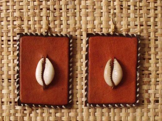 http://www.etnobazar.pl/shop/Moringa-art/products/kolczyki-ze-skory-pomaranczowe-prostokaty-6