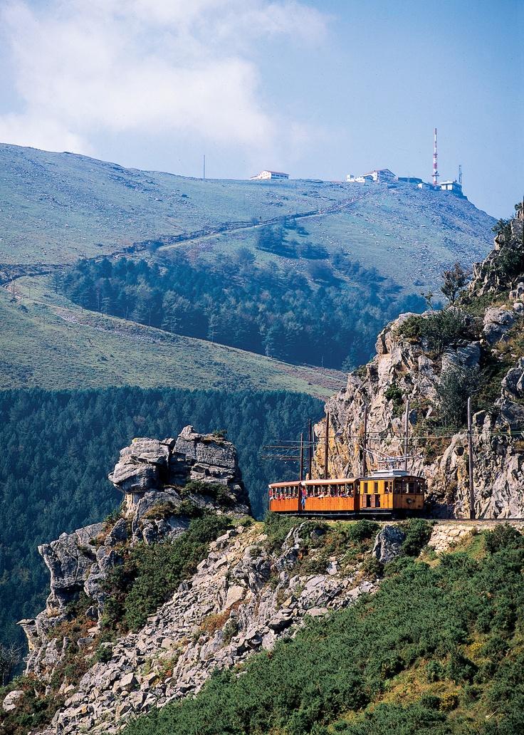 Si vous êtes de passage au Pays Basque, allez découvrir la Rhune. Pour les plus sportifs vous pourrez grimper jusqu'en haut de cette montagne et pour les moins sportifs empruntez le petit train qui vous offrira également une vue magnifique. #paysbasque #vacances