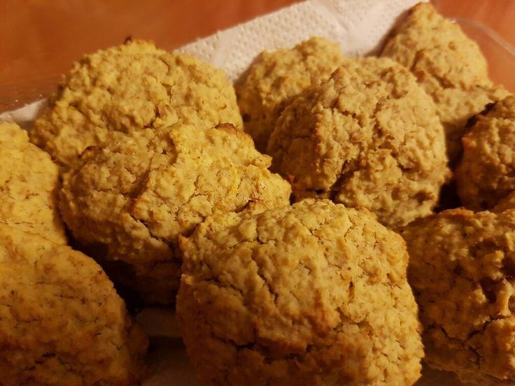Galletas de Avena/limón/ Blandas 1/2 pan de mantequilla. 1/2 taza de miel. 2 limones para usar su ralladura y jugo. 2 huevos. 3 tazas de avena instantanea. 1 y 1/2 cucharada de Royal. Mezcla la harina y la miel hasta tener una mezcla homogenea. Incorpora los huevos. Agrega la ralladura y jugo de limón. Agrega la avena y mezcla. Vierte sobre la mezcla el polvo de hornear