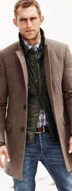 En höstrock är det ultimata plagget för att hålla en dressad stil i höstmörkret. Men ibland blir det lite väl kallt och rocken har svårt att räcka till. En tunn dunväst under rocken gör att du håller både värmen och stilen. Sen gäller alltid den klassiska regeln, ju fler lager desto stiligare. #Obsid #Rock #Höstrock http://www.obsid.se/mode-och-grooming/vast-rocken-stiltips/