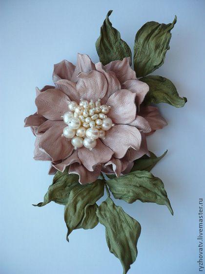 Броши ручной работы. Ярмарка Мастеров - ручная работа цветы из кожи. брошь-цветок с жемчугом.. Handmade.: