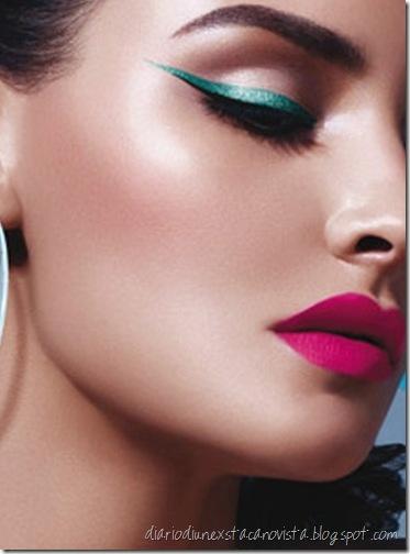 Eyeliner verde e labbra fucisa: trucco estivo