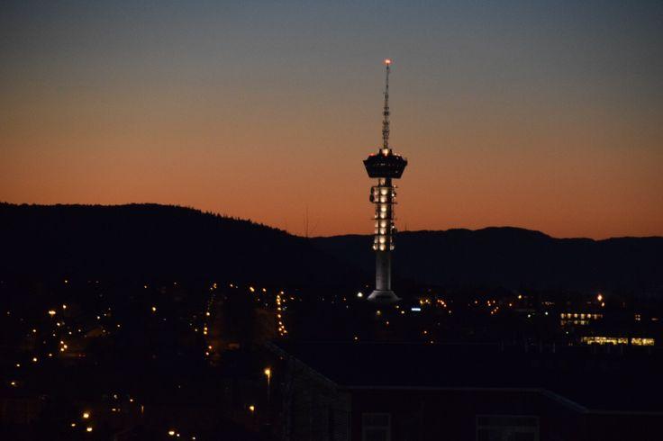 Tyholttårnet i kveldslys