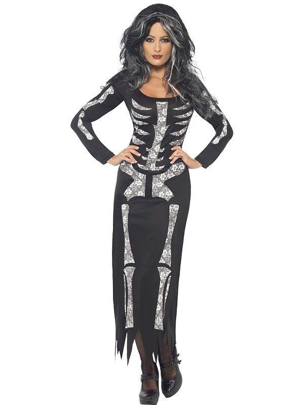 Bilde av en dame med sort lang kjole med skjelett trykk