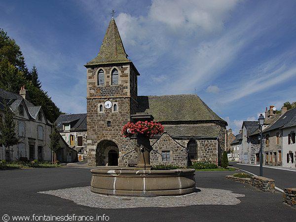 Apchon, Auvergne : Place de la Fontaine
