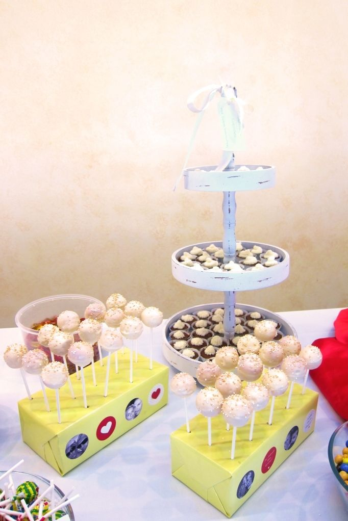 wedding sweet table - candybar with cakepops and mini cupcakes