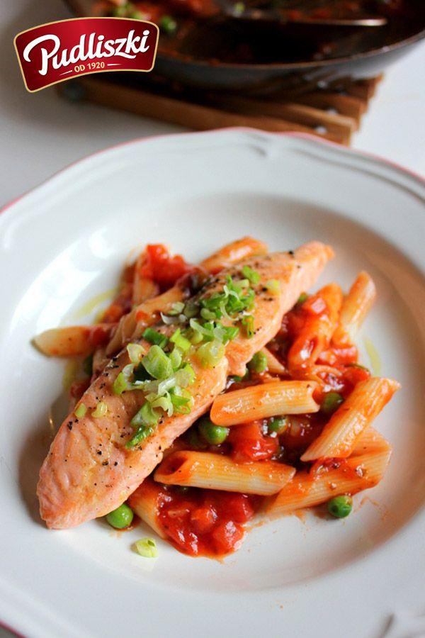 Makaron w sosie pomidorowym  z łososiem  #przepis #pudliszki #obiad #makaron #łosoś