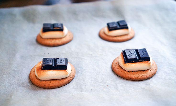Hvem kan vel motstå smeltet sjokolade, varm marshmallows og sprø kjeks? Så enkelt kan du lage amerikanske s'mores hjemme på ditt eget kjøkken.