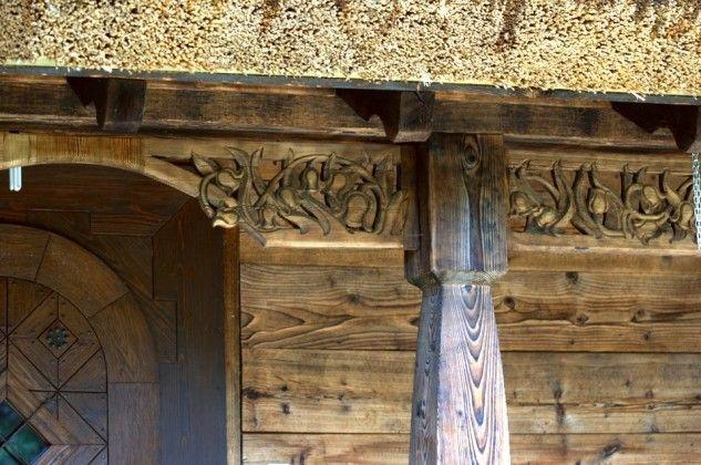 Rzeźbione zdobienia fasady