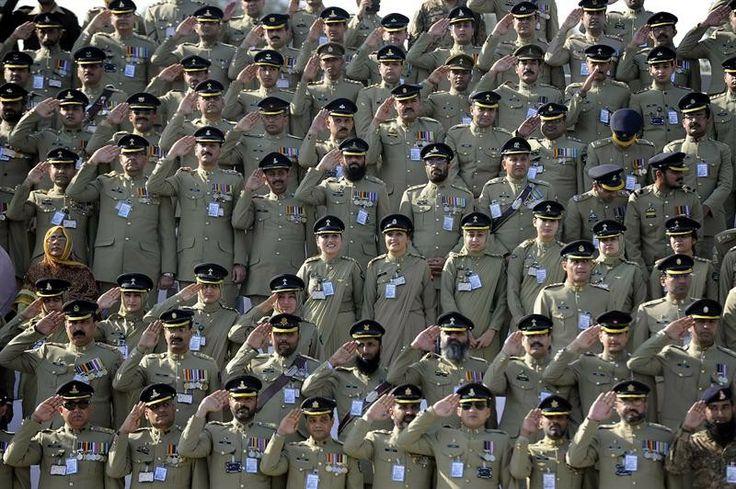 Oficiais assistem à apresentação do novo chefe do exército paquistanês, em Rawalpindi, Paquistão - http://epoca.globo.com/tempo/fotos/2013/11/fotos-do-dia-29-de-novembro-de-2013.html (Foto: EFE/W. Khan)