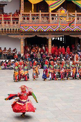 ブータン・プナカの祭り。 「チャム」と呼ばれる仮面舞踊。ブータン 旅行・観光のおすすめスポット!