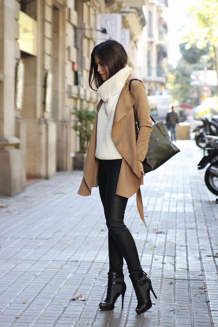 Acheter la tenue sur Lookastic: lookastic.fr/... — Pull à col roulé en tricot blanc — Sac fourre-tout en cuir noir — Manteau brun clair — Leggings en cuir noirs — Bottines en cuir découpées noires