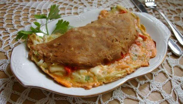 Omlet z papryką i wędzonym łososiem