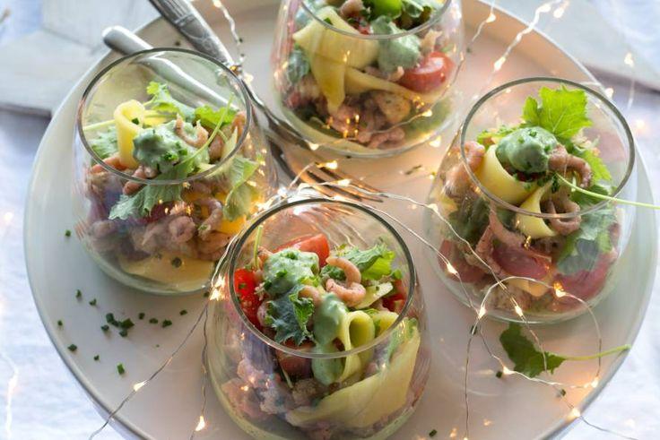 Deze feestelijke variant van de garnalencocktail heb je vast nog nooit geproefd - Recept - Garnalencocktail met avocado-kruidendressing - Allerhande