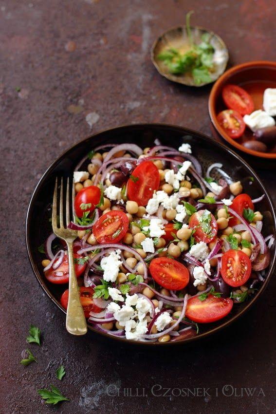 Aromatyczna sałatka z ciecierzycy, pomidorów, oliwek, cebuli i sera feta z cytrusowym dressingiem.
