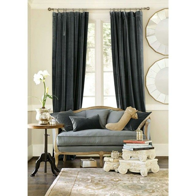 Grå sammetsgardiner är stiligt. #sammet #velvet #gardiner #curtains #inredning #svenskahem #decor #interior #homeinterior #nordiskahem #heminredning #interiör #tyger #textil #siden #silk #classichome #grå #grey  #vackrahem #vackrehjem #decoracaocriativa #gardinsömnad